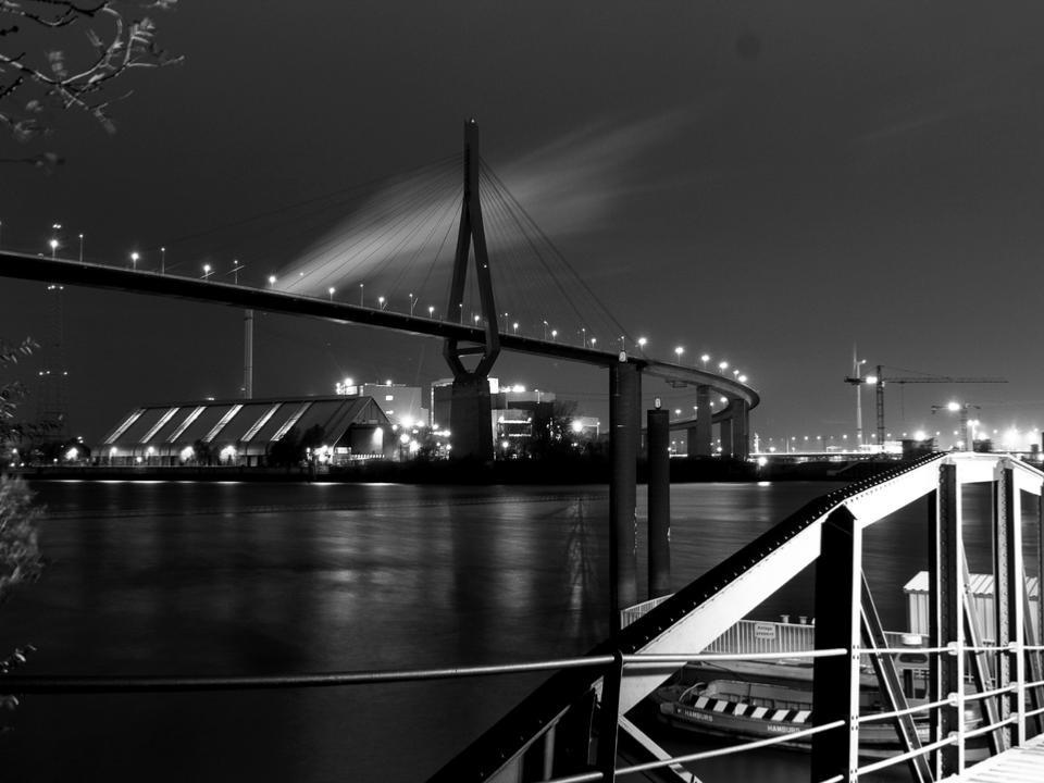 Schwarz-weiß Foto mit Brücke