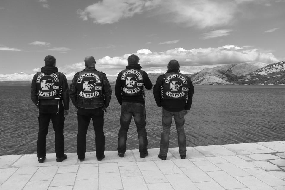 Vier Männer am Meer in Bikerjacken