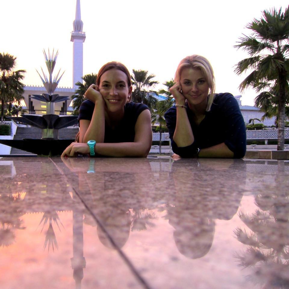 Zwei junge Frauen sitzen am Tisch