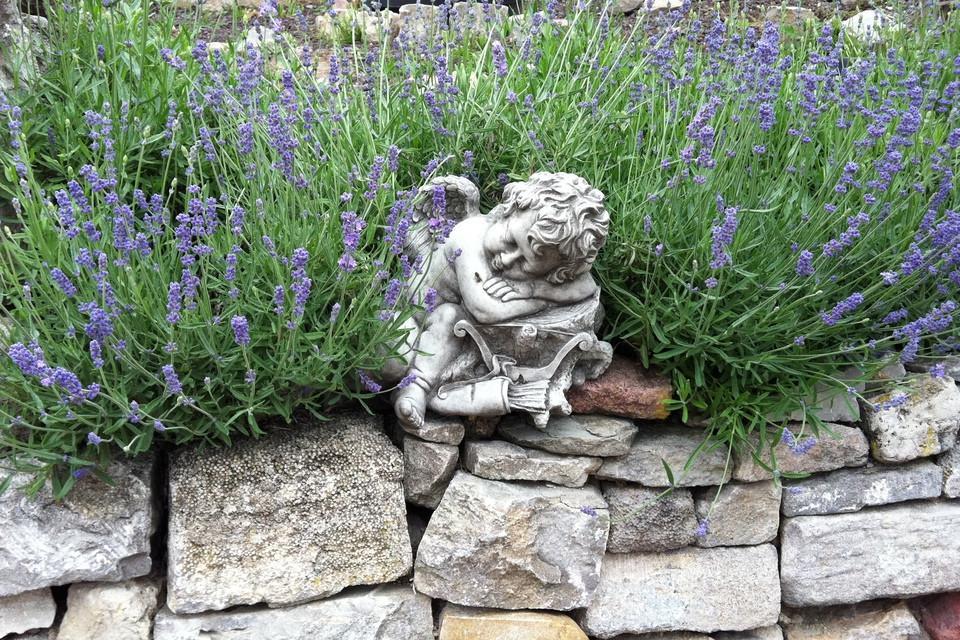 Engelsfigur inmitten von Blumen