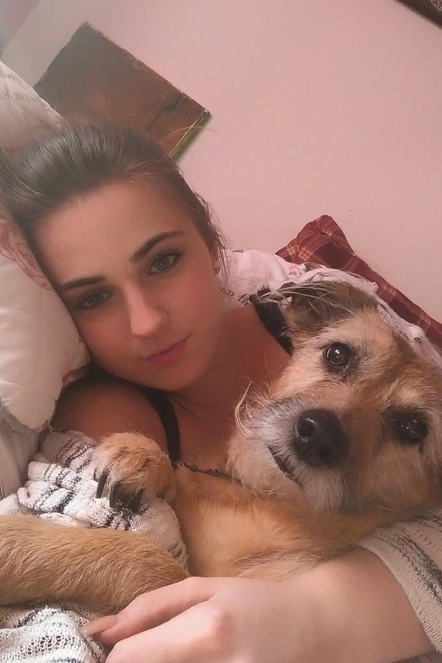 Mädchen mit ihrem Hund im Arm