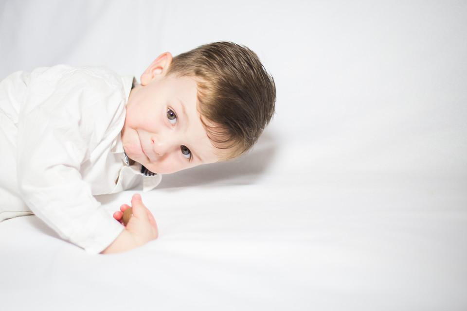 Kleiner Junge vor weißer Leinwand