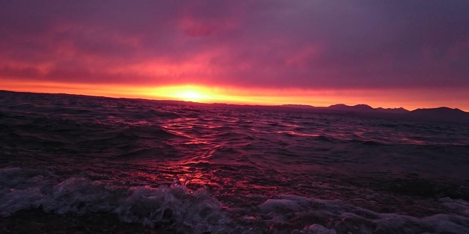 Pink orange gefärbtes Meer