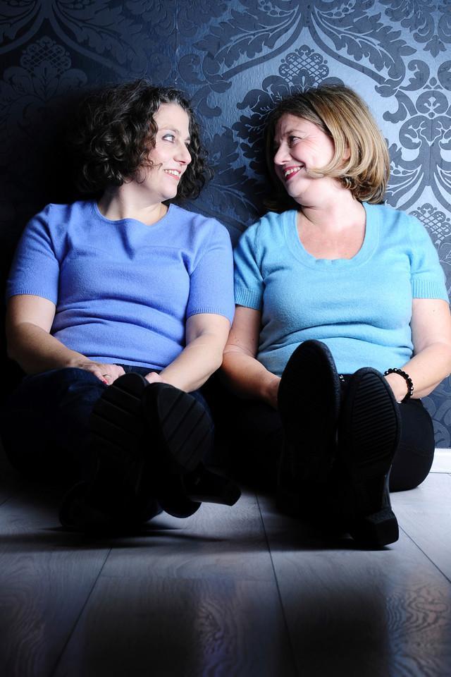 Zwei Frauen mittleren Alters schauen sich an