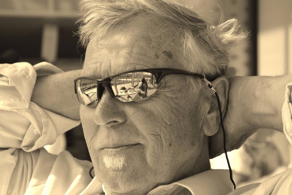 Älterer Mann mit Sonnenbrille