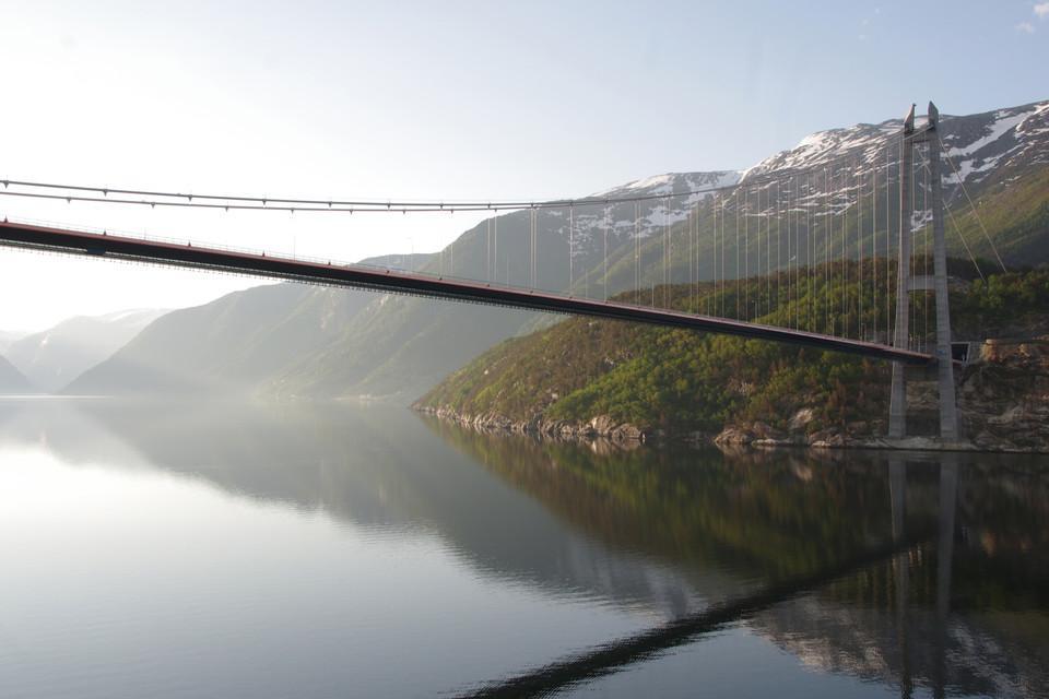 Brücke vor Bergen