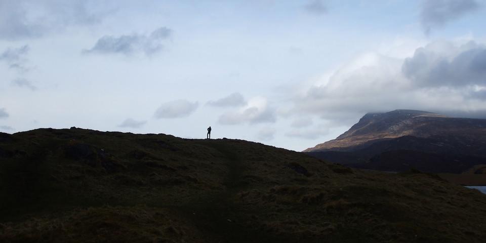 Ein Mensch klein auf einem Berg zu sehen