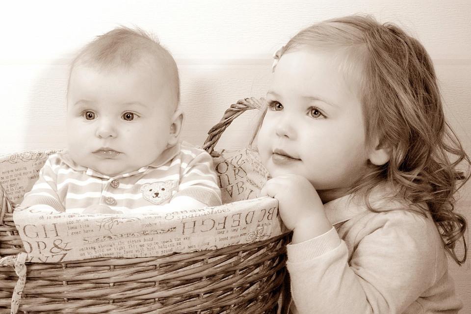 Mädchen mit ihrem kleinen Bruder