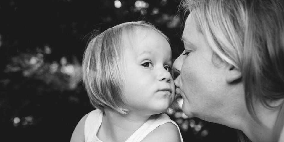 Schwarz weiß Bild Mutter und Tochter