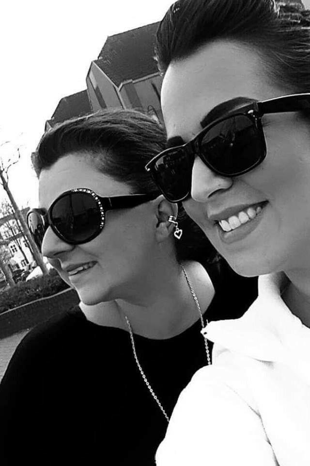 Schwarz-weißes Foto von zwei Frauen