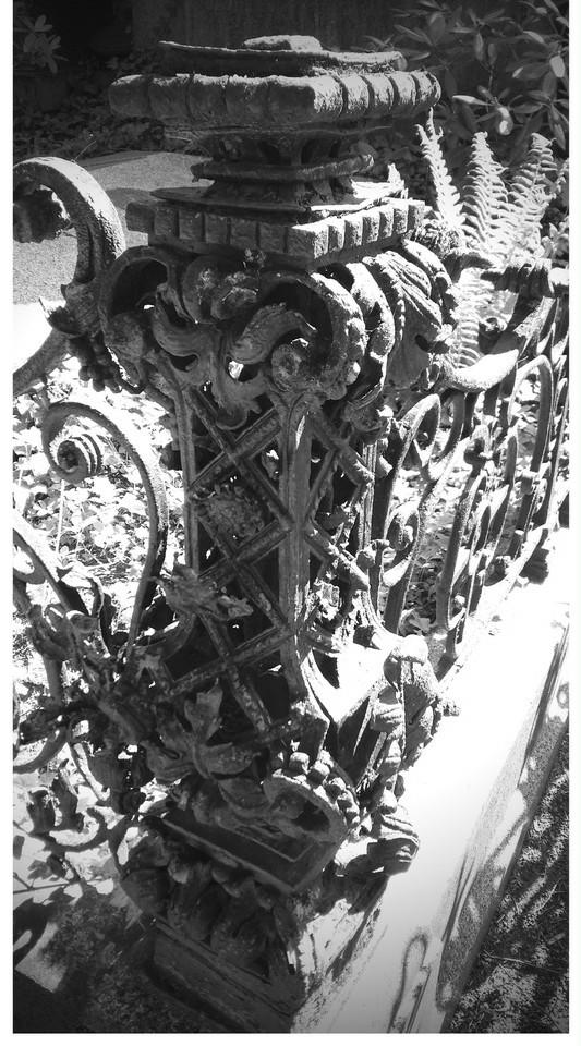 Schwarz-weiß Foto von eisernem Eckpfeiler