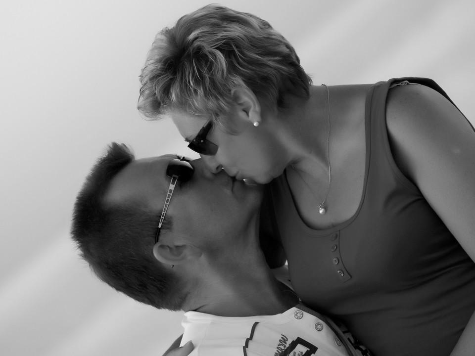 Schwarz-weiß Bild eines küssenden Paares