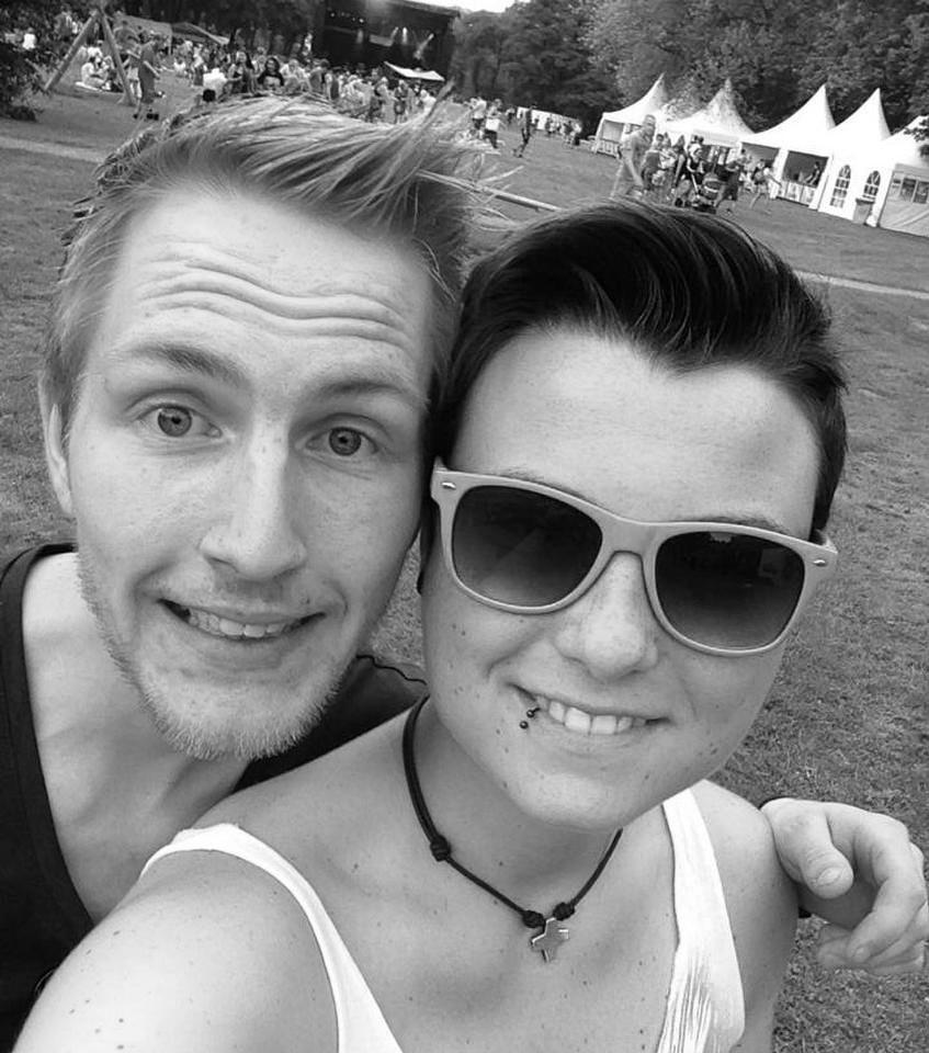 Schwarz-weiß Foto von zwei Freunden