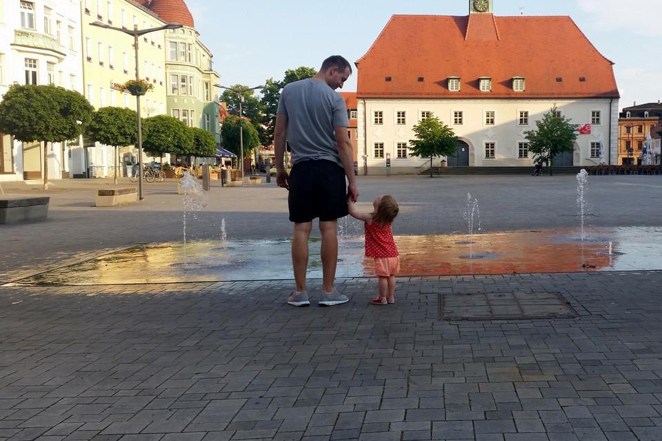 Vater, Brunnen, Kind, Leinwandbild