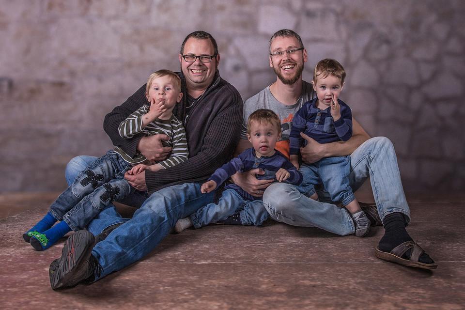 Zwei Männer und drei Kinder