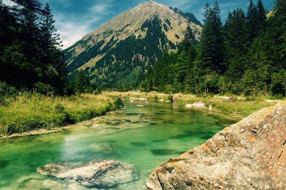 Berg, Fluss, felsigen Ufer