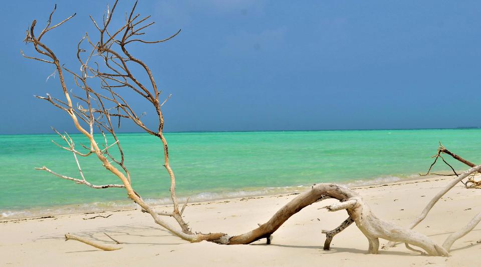 Malediven, Sandstrand, blaues Wasser, einsame Insel,