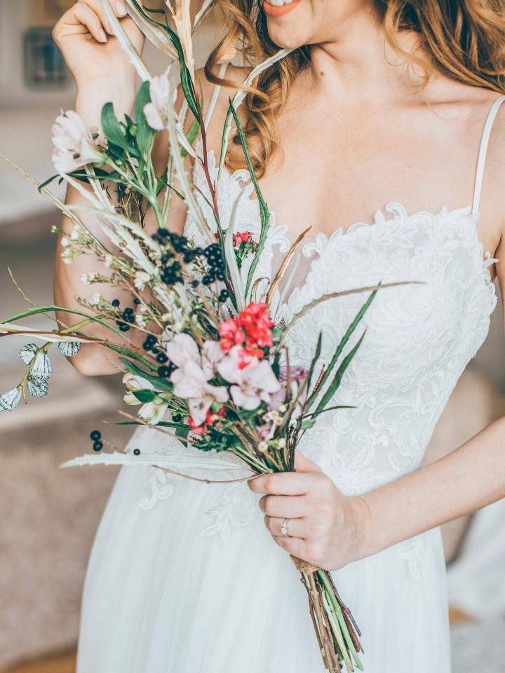 Menschen, Frau, weißes Kleid, Blumenstrauß, Lächeln